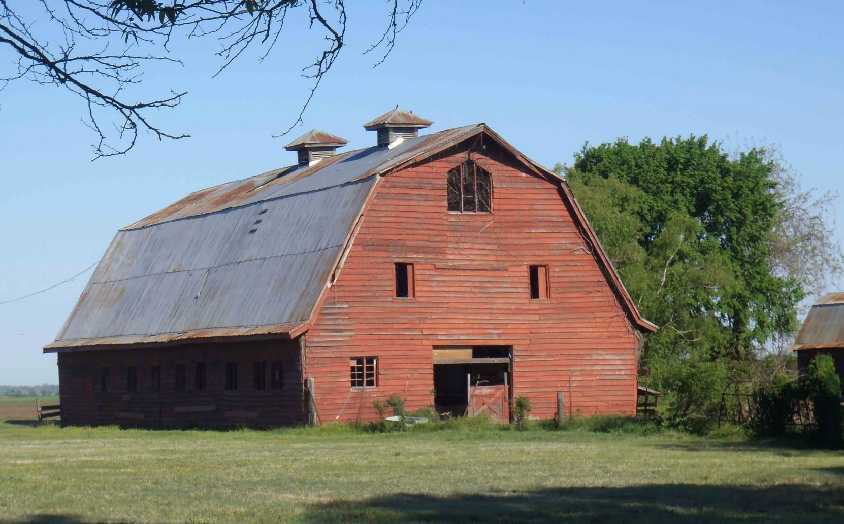 Stovall Farms barn near the farm entrance, near the Muddy Waters House site.