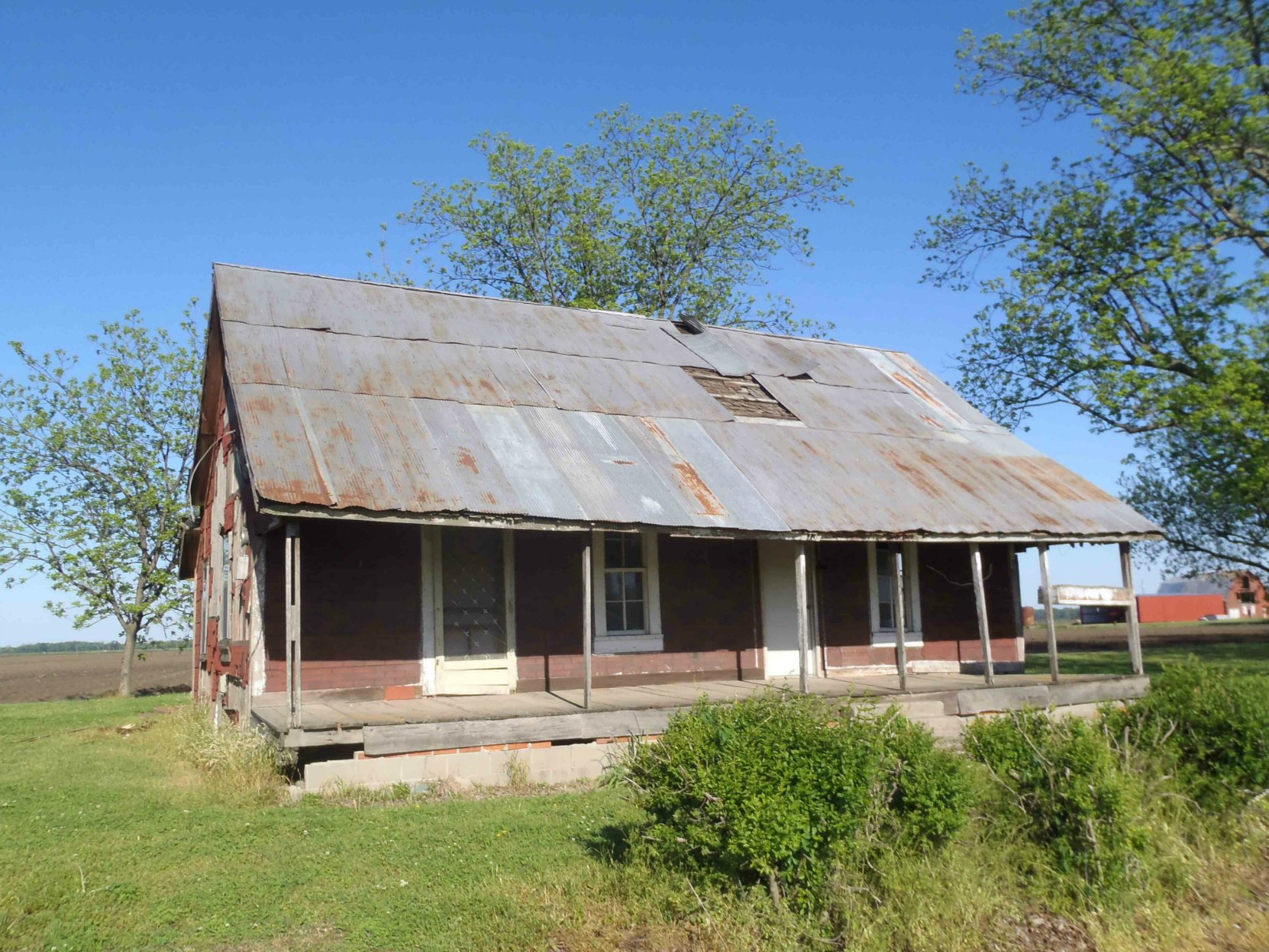 This abandoned house on the highway between the Muddy Waters House site and the Stovall farms entrance gives some indication of farm housing at the time Muddy Waters lived at Stovall Farms.