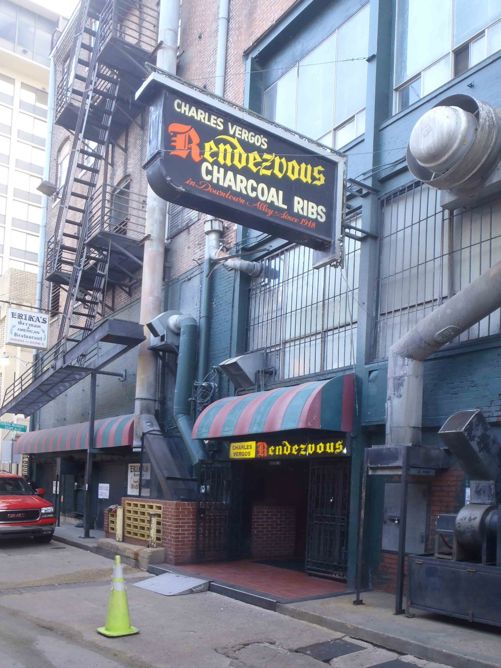 The entrance to Charles Vergo's Rendezvous, aka Charlie Vergo's Rendezvous, in downtown Memphis, Tennessee (photo by MississippiBluesTravellers.com)